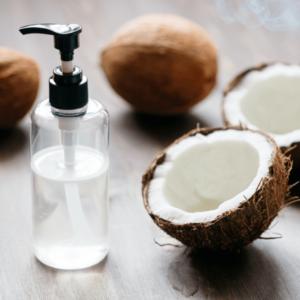 L'olio di cocco, ottenuto dalla polpa essiccata del frutto,