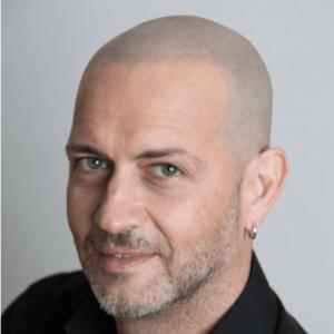 uomo dai capelli grigi dopo permanente di tricopigmentazione permanente skalp italia